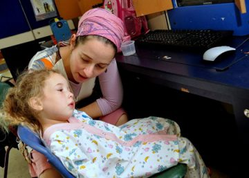 Mom-and-child-for-pediatric-pain-management-story-red